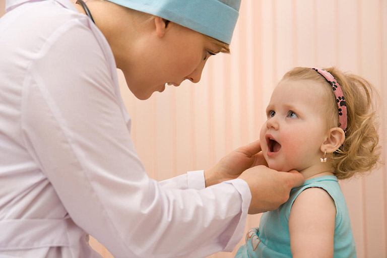 Không nên cắt amidan cho bé dưới 3 tuổi nếu thực sự không cần thiết