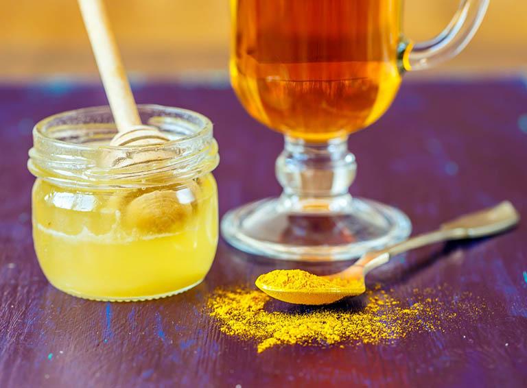 Uống tinh bột nghệ với mật ong để trị đau dạ dày