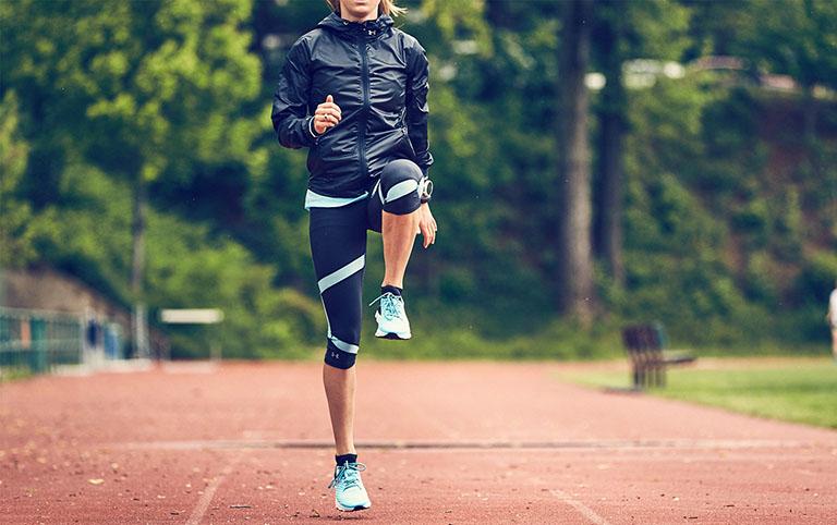 Nên khởi động trước khi chạy bộ để tránh gặp chấn thương