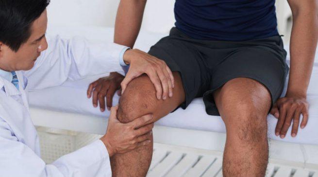 Khi bị đau nhức khớp gối lâu ngày, người bệnh cần đến gặp bác sĩ khám và điều trị dứt điểm, chớ nên chủ quan.