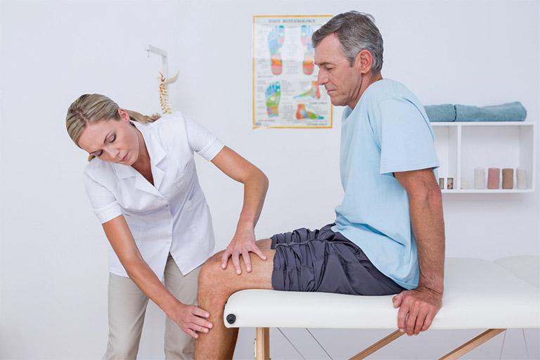 Người bệnh nhanh chóng tìm gặp bác sĩ khi cơ thể xuất hiện những biểu hiện bất thường ở đầu gối