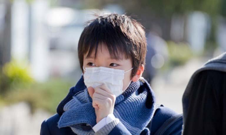 Nên đeo khẩu trang cho trẻ khi đi ra ngoài để ngăn ngừa vi khuẩn gây hại xâm nhập vào hệ hô hấp