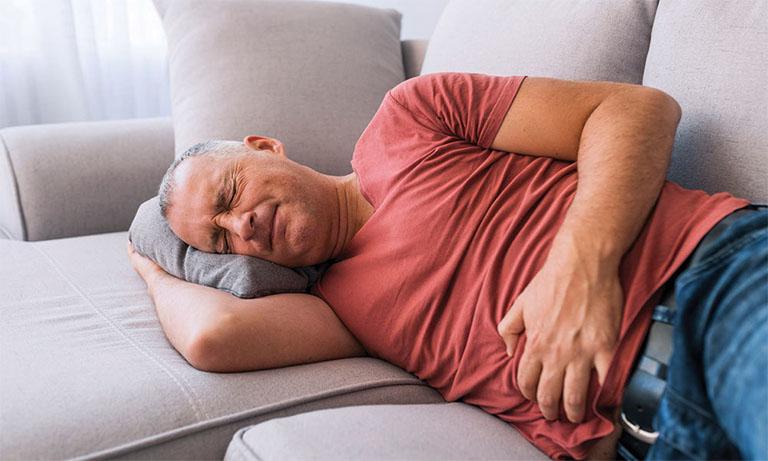 Triệu chứng của bệnh viêm dạ dày thường đi kèm với những cơn đau ê ẩm ở vùng bụng, khiến người bệnh luôn cảm giác khó chịu và mệt mỏi