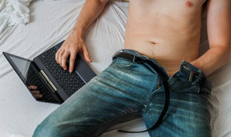 Thủ dâm quá nhiều là một trong những nguyên nhân gây ra tình trạng xuất tinh sớm ở lần đầu quan hệ