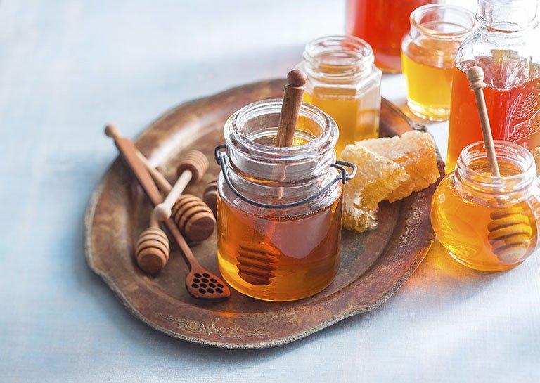 Ngậm mật ong giúp cầm máu vết cắt amidan