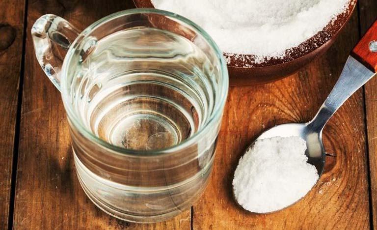 Súc nước muối giúp sát khuẩn và loại bỏ sỏi amidan bên trong vòm họng