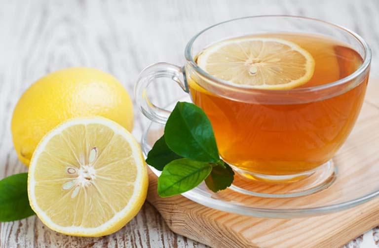Cho trẻ uống chanh mật ong giúp làm dịu cơn ho do viêm amidan gây ra