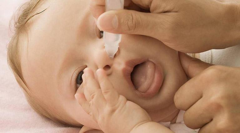 Dùng nước muối sinh lý rửa mũi cho trẻ như thế nào cho đúng cách?