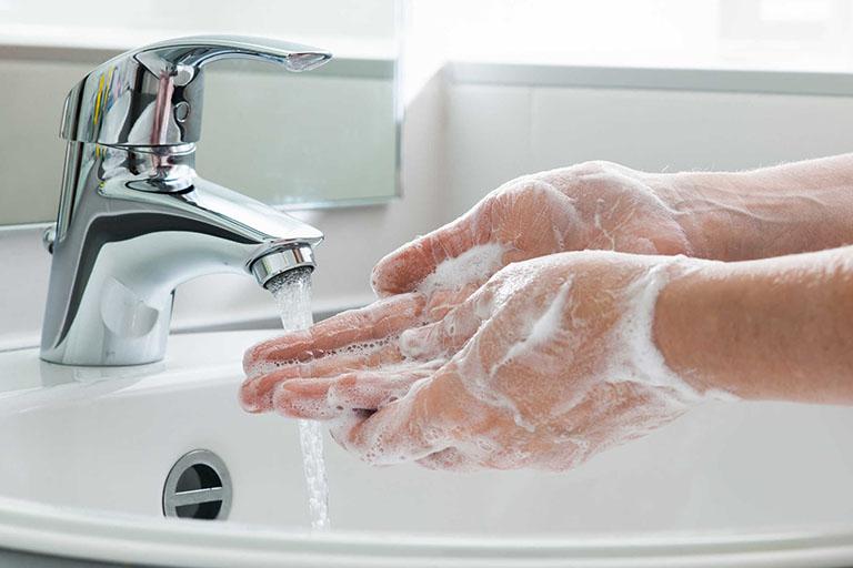 Cần vệ sinh tay sạch sẽ trước khi rửa mũi cho bé