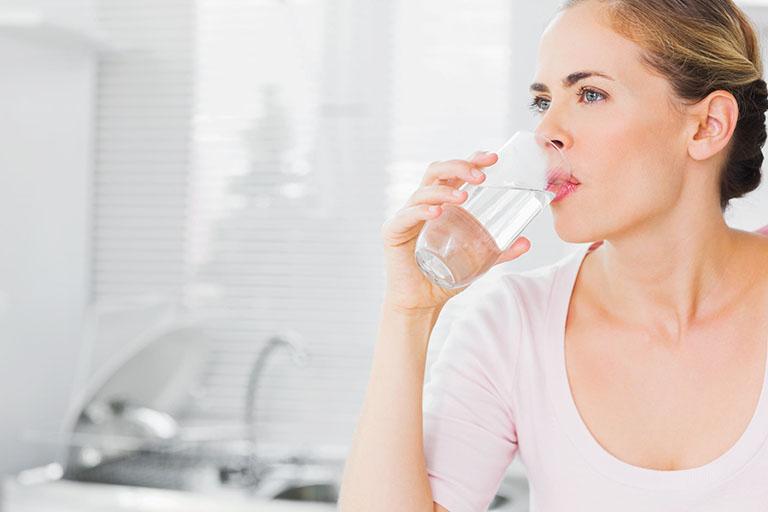 Chỉ nên uống ít nước khoáng trước khi thực hiện nội soi