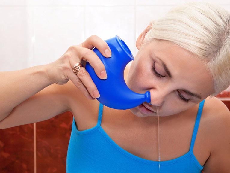 Có nên dùng nước muối sinh lý để rửa mũi thường xuyên không?