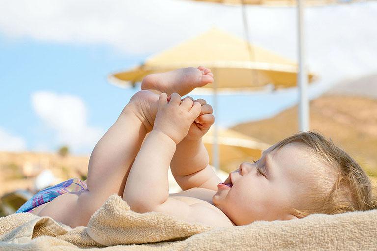 Tắm nắng thường xuyên cho bé để bổ sung thêm vitamin D