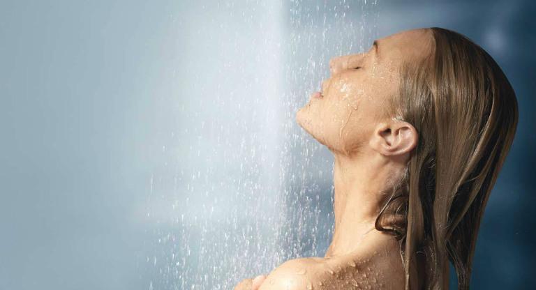 Dị ứng nước thường có những biểu hiện trực tiếp ngay trên bề mặt da.