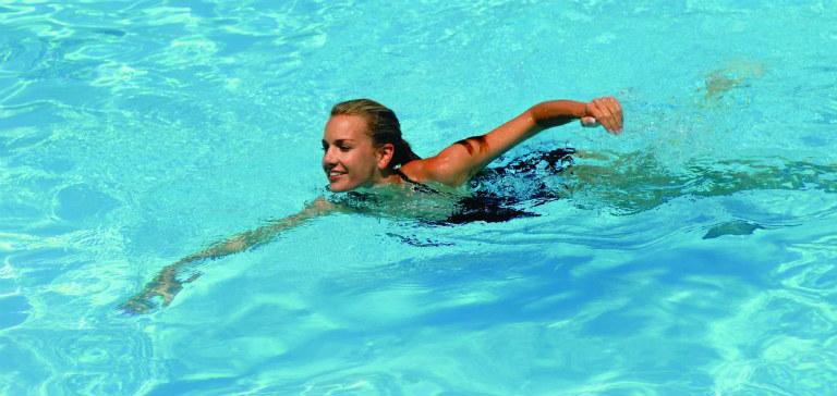 Một số loại hóa chất trong nước hồ bơi có thể gây ra tình trạng dị ứng.