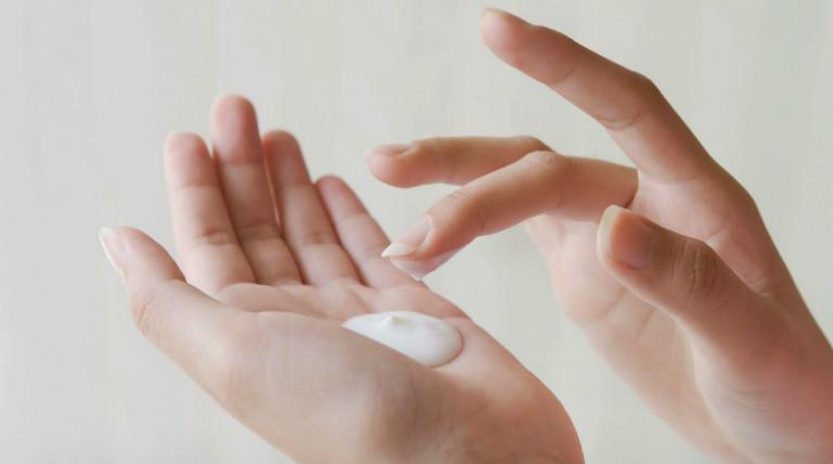 Sử dụng một số loại kem thuốc chống dị ứng để điều trị tại chỗ giúp dị ứng ngoài da mau chóng thuyên giảm.