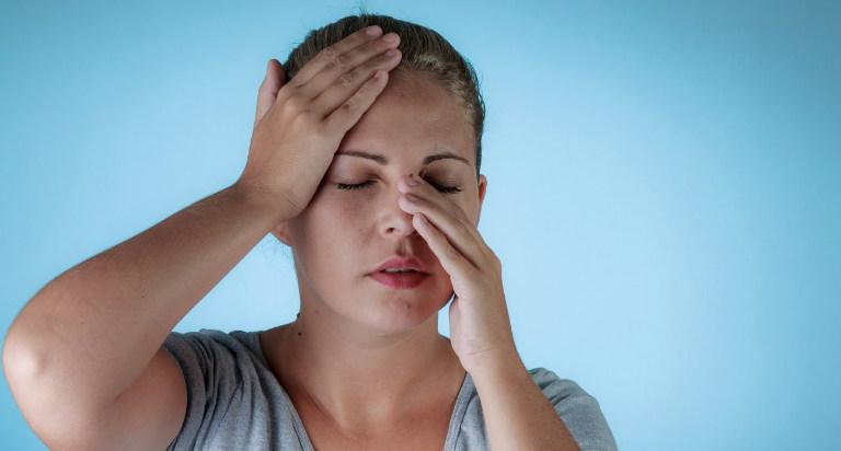 Dấu hiệu cho biết bạn bị viêm xoang là: sốt, đau ê xương mặt, chảy dịch mũi, khó thở, giảm khứu giác,...