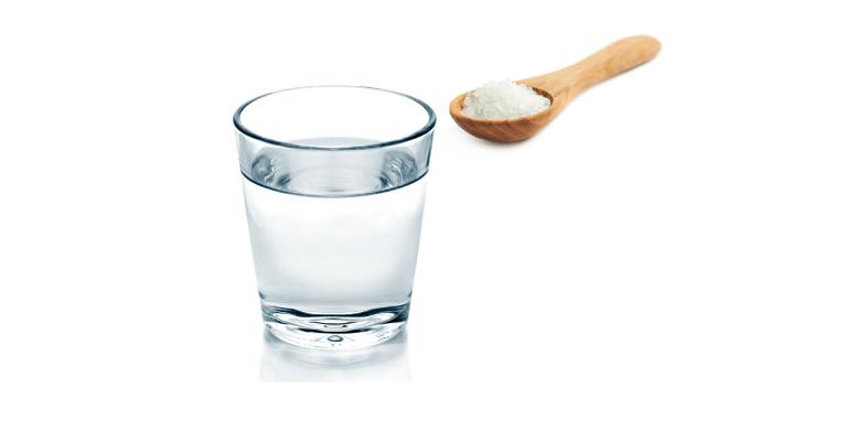 Pha muối tinh khiết với nước ấm để rửa mặt là một cách làm giảm dị ứng trên da.