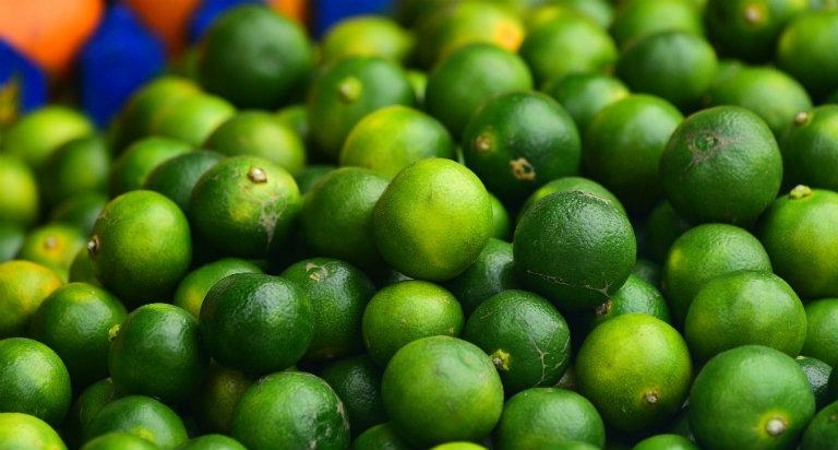 Người dùng chuẩn bị 10g quất xanh, hấp cách thủy với mật ong để cho ra bài thuốc trị ho.