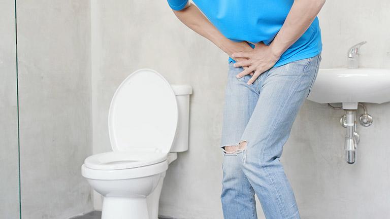 Khó tiểu tiện là một trong các biểu hiện của bệnh viêm khớp háng phản ứng