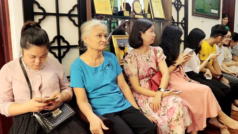 Người bệnh đến thăm khám đông đúc