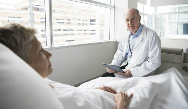 Trong khi phẫu thuật cắt amidan hoặc sau khi phẫu thuật, người bệnh có thể sẽ gặp phải một số rủi ro, một số biến chứng không thể lường trước.