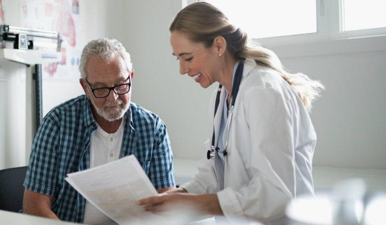 Hậu phẫu thuật cắt amidan, người bệnh không phải ở lại bệnh viện quá lâu. Khi sức khỏe có dấu hiệu hồi phục, bác sĩ cho phép người bệnh về nhà tự chăm sóc.