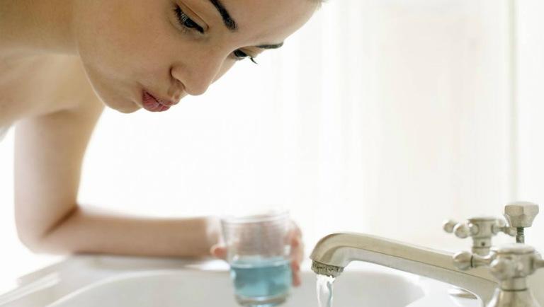 Sau khi mổ, người bệnh nên chăm sóc sức khỏe đúng cách như sau: súc miệng với nước muối loãng hàng ngày, ăn thức ăn mềm, uống đầy đủ nước,...