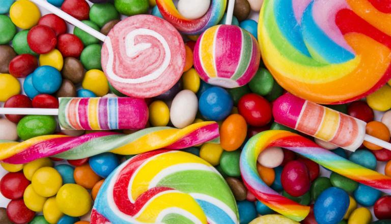 Người viêm da cơ địa cần kiêng dùng thức ăn chứa nhiều đường ngọt như kẹo, nước ngọt có gas,...
