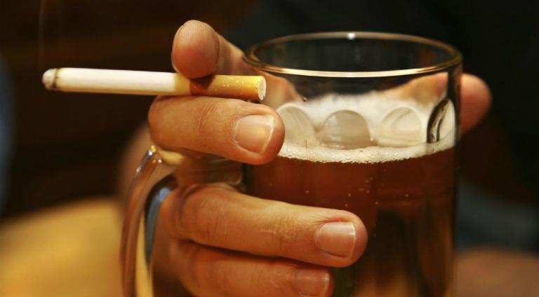 Người bệnh viêm xoang cần tránh xa bia rượu, thuốc lá, các loại thức uống lạnh,...
