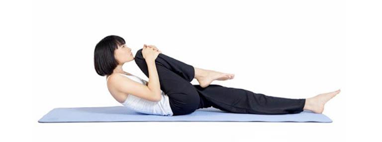 bài tập giảm đau khớp háng sau khi ngủ dậy