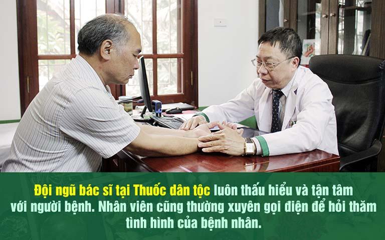 Bác sĩ Lê Hữu Tuấn tiến hành khám cho NS Bình Xuyên