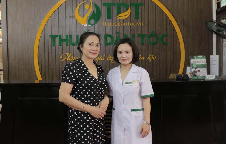 Bác sĩ Lệ Quyên và NS Hương Dung trong buổi tái khám tại TT Thuốc dân tộc