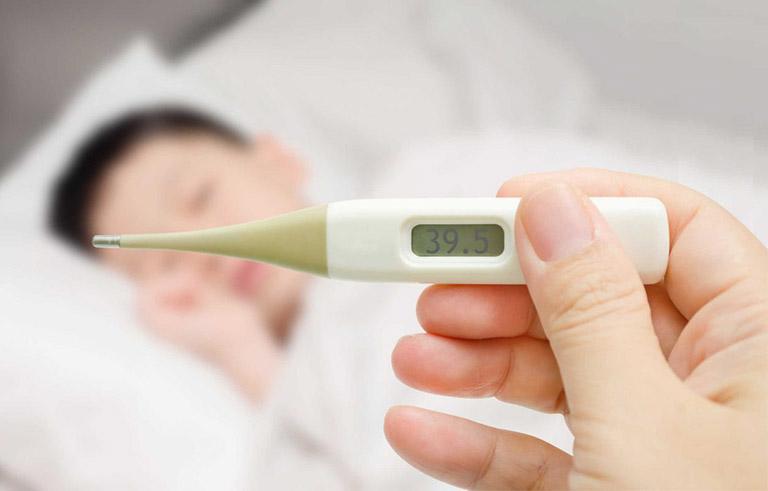 Sốt cao, đau đầu, sổ mũi là những triệu chứng thường gặp của bệnh cảm cúm