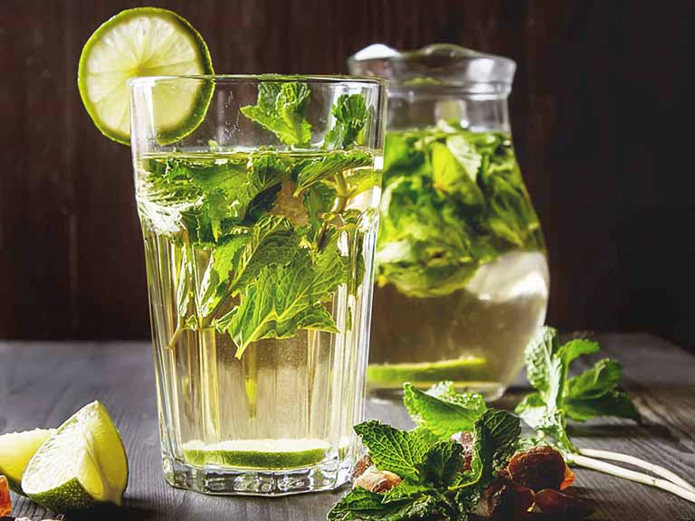 Nước ép bạc hà là một sự lựa chọn tốt nếu chưa biết đau dạ dày nên uống nước gì