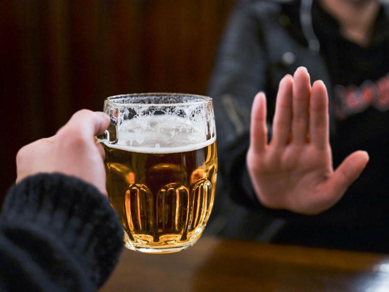 người bị dị ứng thời tiết nên kiêng rượu bia