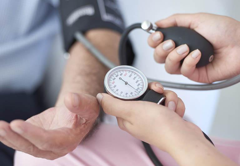 Sau khi nội soi trực tràng, bênh nhân cần theo dõi mạch huyết áp