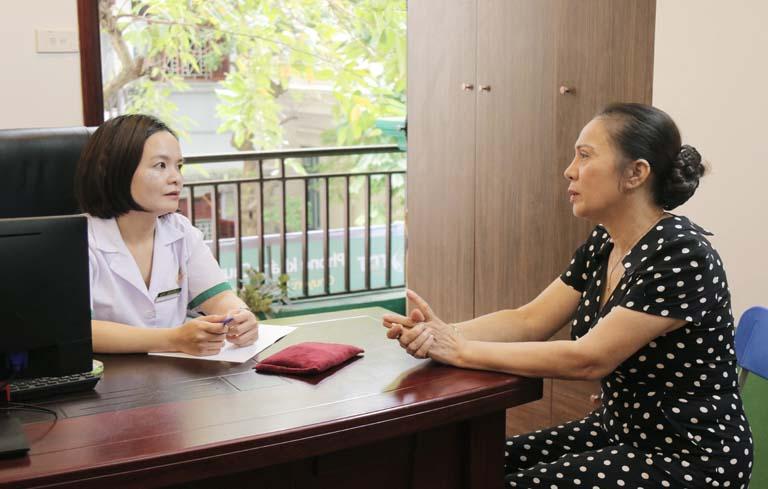 Bác sĩ Lệ Quyên thăm khám và tư vấn điều trị mất ngủ cho NS Hương Dung
