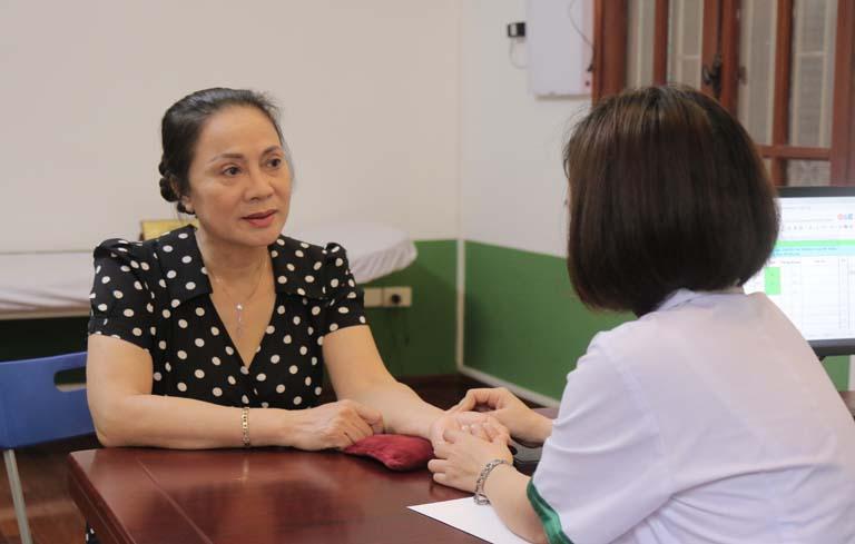 Nghệ sĩ Hương Dung điều trị mất ngủ tại TT Thuốc dân tộc