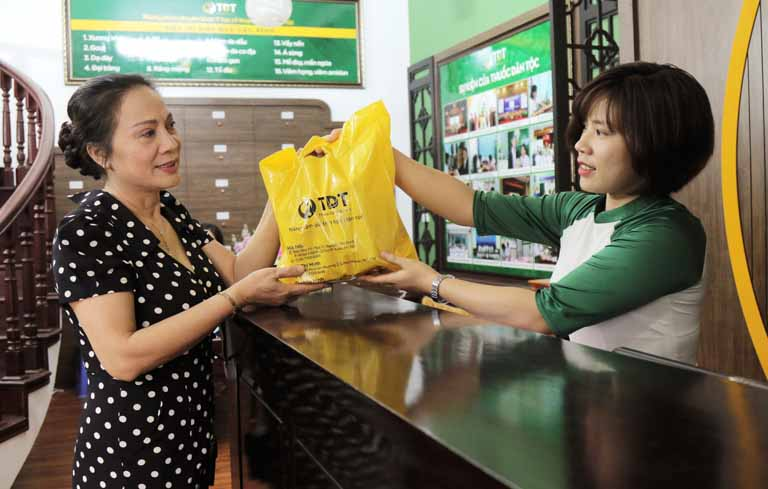 NSƯT Hương Dung lấy thuốc tại Trung tâm Thuốc dân tộc