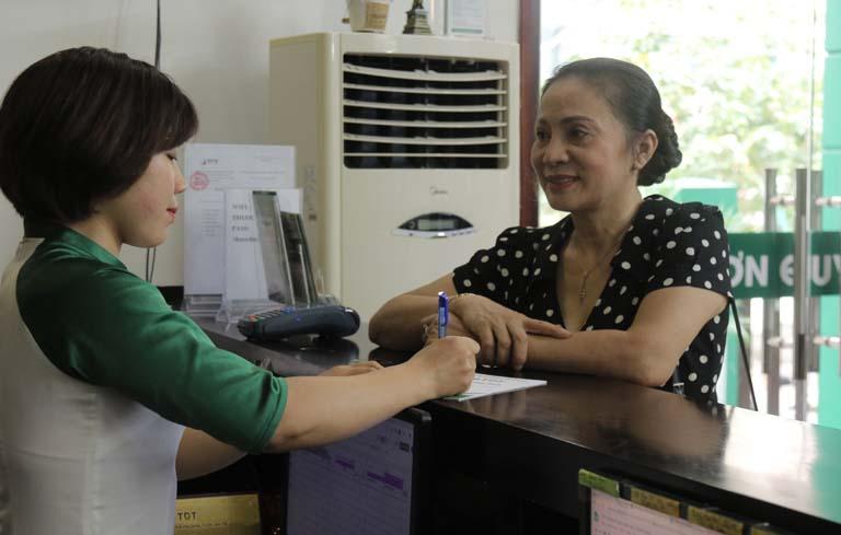 NS Hương Dung làm thủ tục đăng ký khám tại TT Thuốc dân tộc