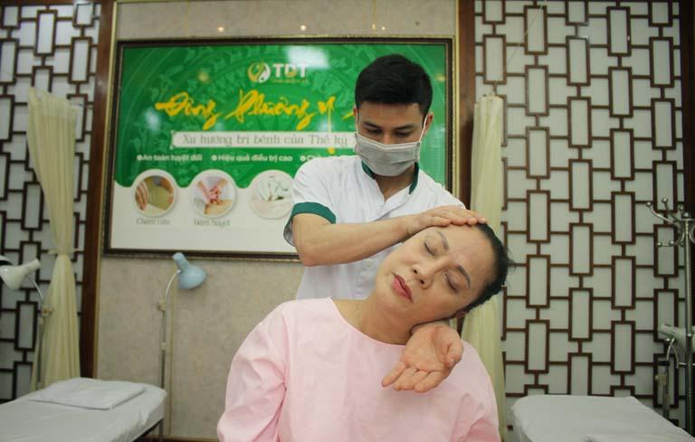 NSƯT Hương Dung thực hiện liệu pháp bấm huyệt dễ ngủ tại TT Thuốc dân tộc