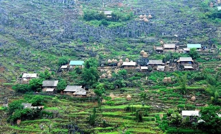 Người H'Mông thường chọn những sườn núi để xây dựng nhà cửa