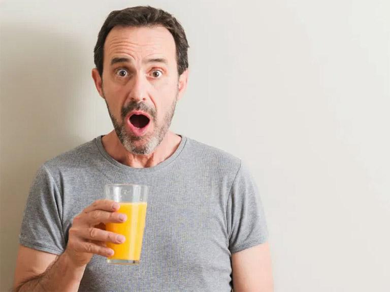 bị bệnh gút có uống nước cam được không?