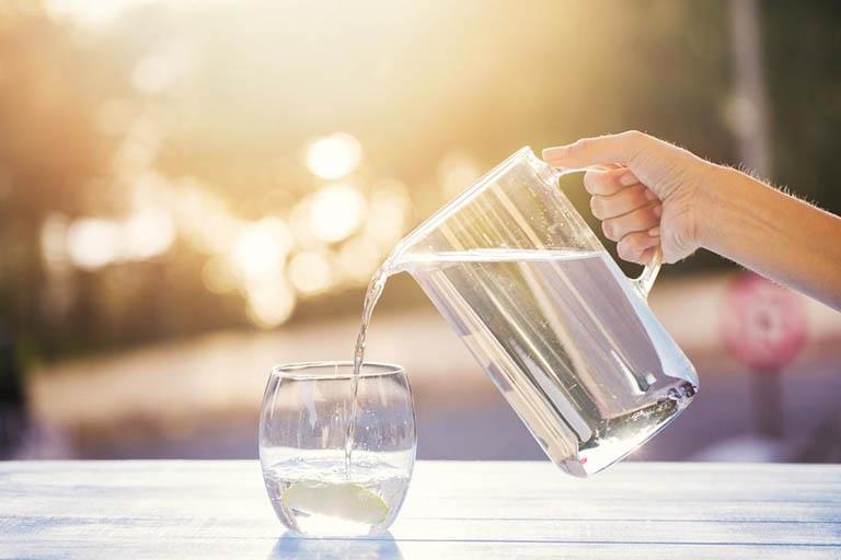 Uống đủ 2 - 2,5 lít nước mỗi ngày