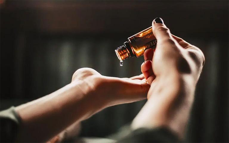 một số lưu ý khi sử dụng tinh dầu giảm đau do bệnh gút