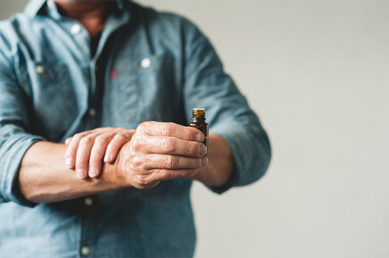 bị gút có nên bôi tinh dầu giảm đau không?