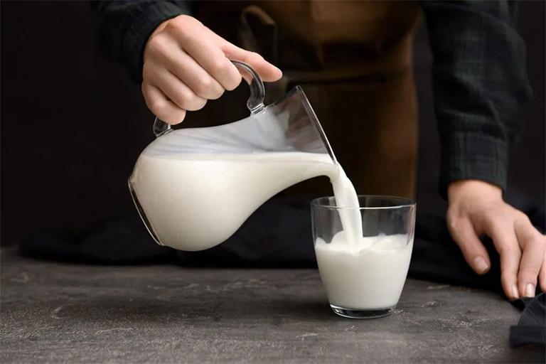 bị gút uống bao nhiêu sữa là đủ?
