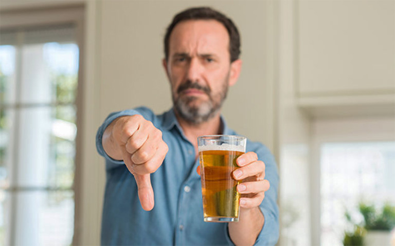 tại sao người bị gút không được uống rượu bia?