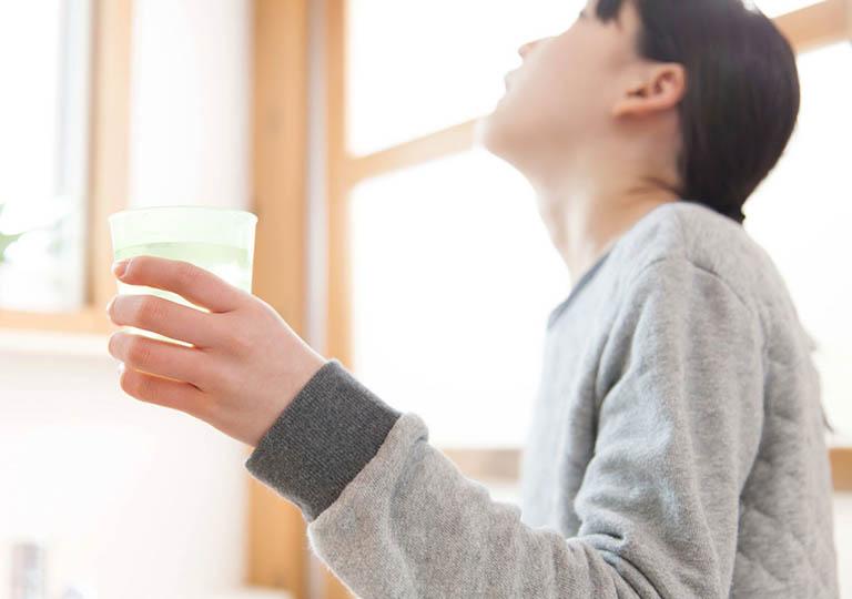 Giảm viêm họng hạt bằng cách súc miệng với nước muối