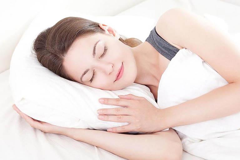 Bệnh nhân bị viêm họng hạt cần dành nhiều thời gian để nghỉ ngơi
